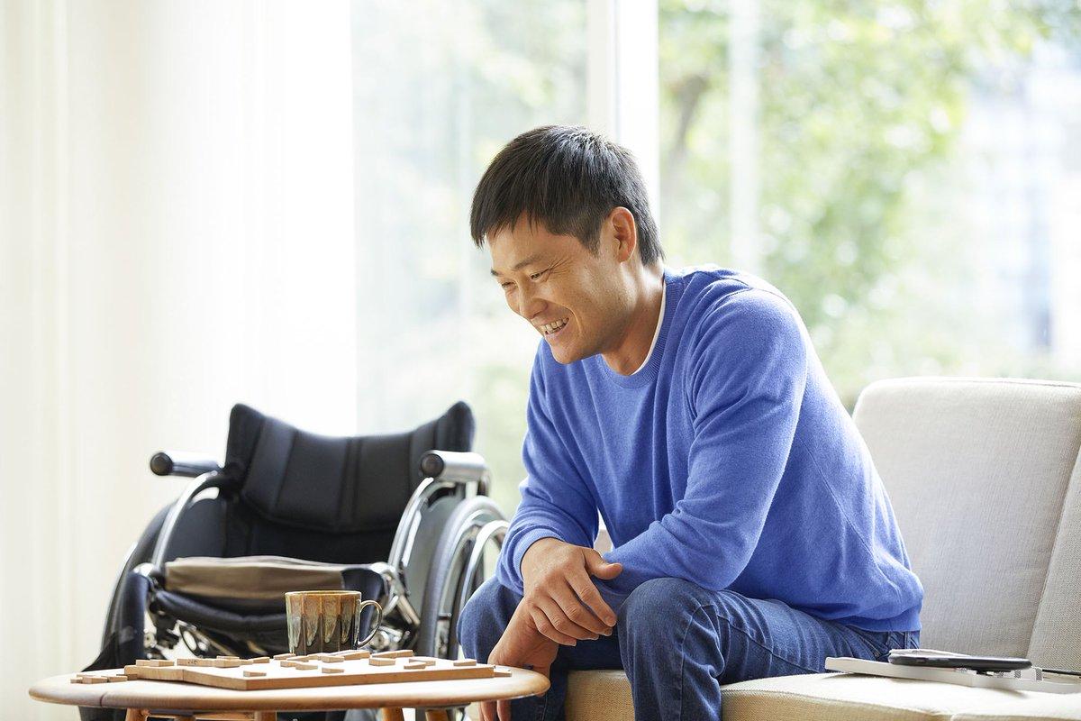 全国のユニクロ(※一部店舗)🛍で、国枝選手のタペストリーが掲示されています👀✨  撮影では、国枝選手のオフの日を再現📸 お気に入りのマグカップでコーヒーを飲みながら、趣味の将棋を楽しむ国枝選手🛋☕️  A day off for professional wheelchair tennis player, Shingo Kunieda☕️🛋  #LifeWear