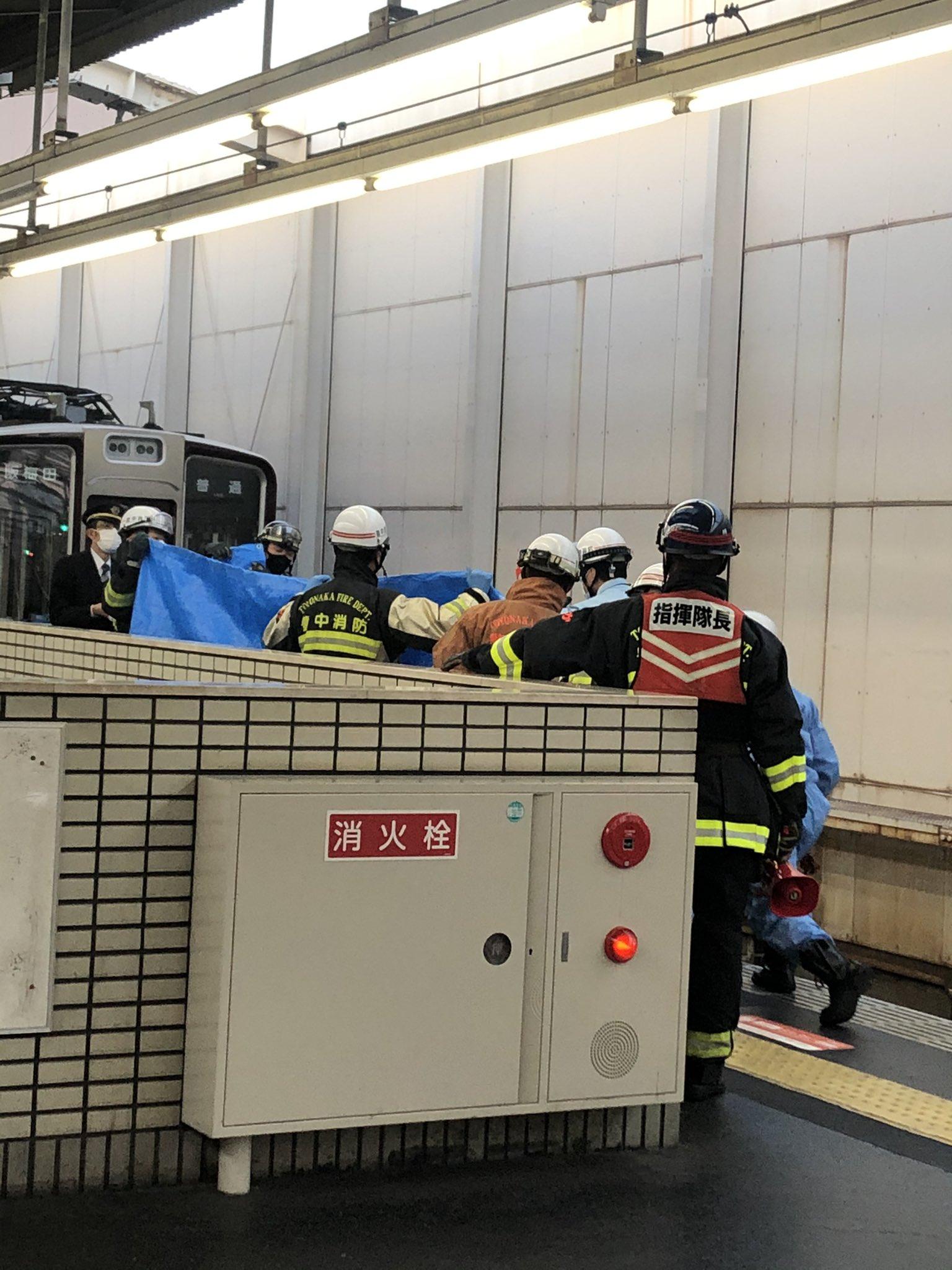 岡町駅の人身事故で救護活動している画像