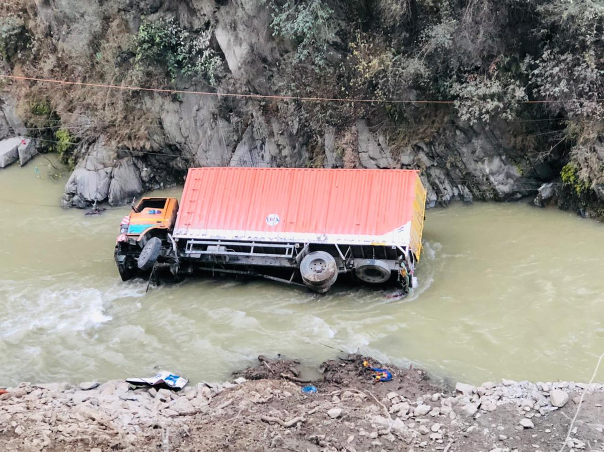 @KNSKashmir Banihal Vehicle rolled down into deep gorge at Sherbibi Banihal detials awaited Resue operation is going on,  #KNS correspondent