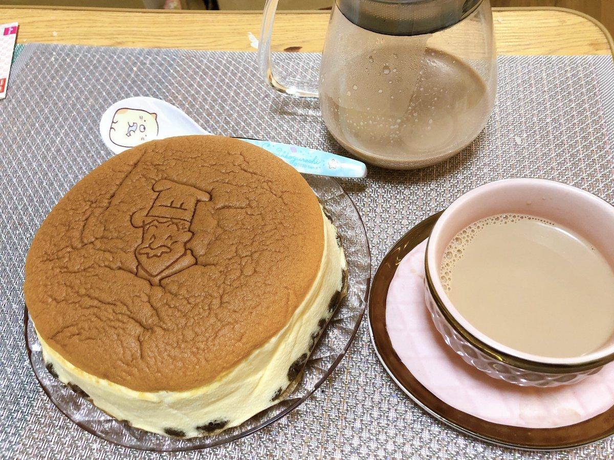 ロイヤルミルクティーをようやく作りました🍼ロイヤルミルクティーは茶葉を熱湯で開かせてから牛乳ぶちこんで沸騰寸前で火を止めて4.5分蒸らして、茶漉でとんとんしたらあら不思議お店の味。そして人生初のりくろーおじさんのチーズケーキ感動した