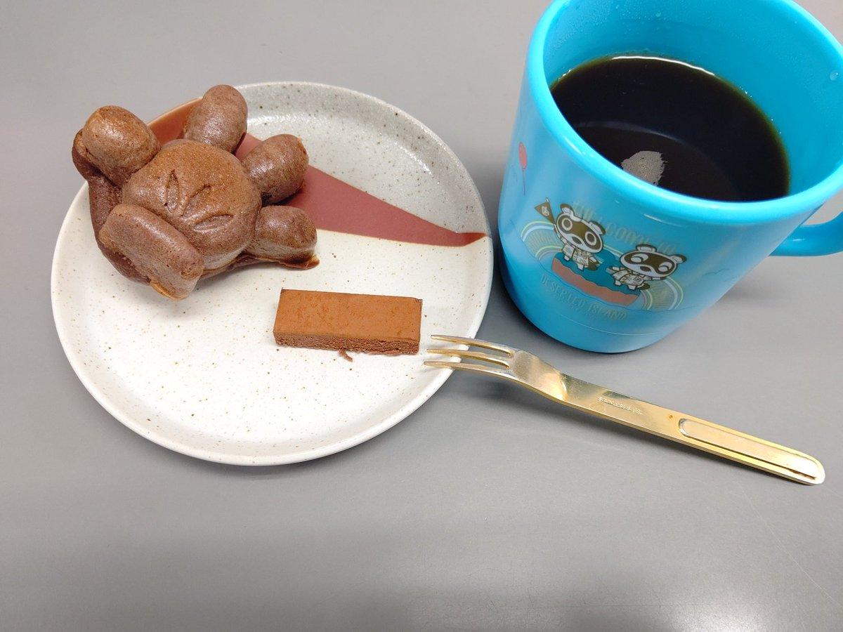 test ツイッターメディア - 3時のおやつ😃 Licoさんのプロテインケーキとシャトレーゼの生チョコ😃 妹がわざわざ買いに行ってくれたから、2粒だけ😊 コーヒーはもちろんブラックです。 大好きなあつ森のコップで♥️ #ダイエットおやつ https://t.co/x1yLCpGEF6