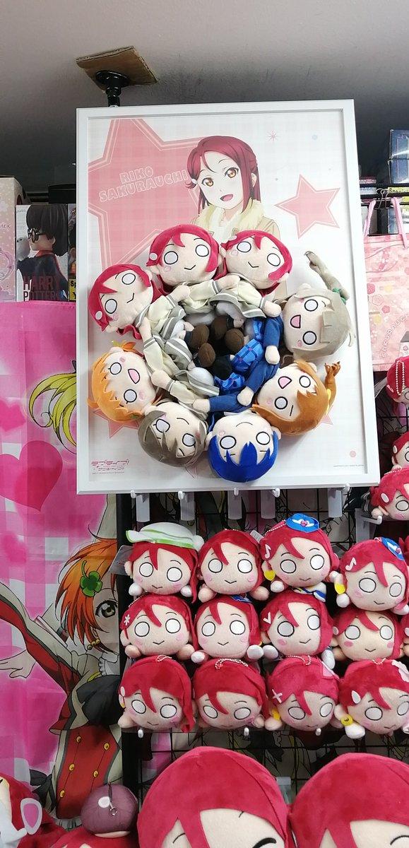 くっつきぬいぐるみ(小)ですが、7人いれば輪になったので連結してみた。最初はμ'sとAqoursの2年生チームで組んでみたのですが、どうせならと「梨子ちゃんズの輪」を作ってみた。7人だと足が他の子とがっちり組み合うので形が安定しますね。連結部はちょっとキツいけど#桜内梨子優遇店