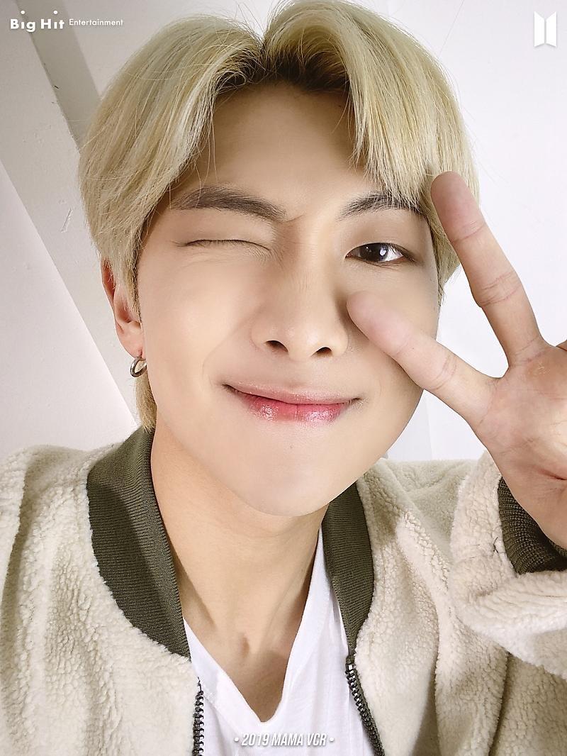 ¿Enfermedad de los lunes con selfies de BTS? Me siento bien..☆ (2/14)  •2019 MAMA VCR• (2) RM 🐨🧥, SUGA 🐱🧥 & V 🐯🧥  (+) @BTS_twt #BTS #방탄소년단