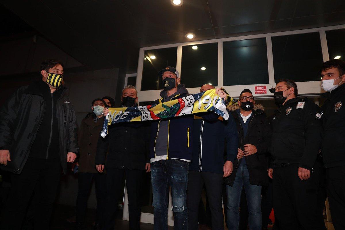 Beberapa foto lainnya dari momen kedatangan Mesut Özil di Istanbul.  📸 Semih Bahadır  #MesutÖzil #Fenerbahçe
