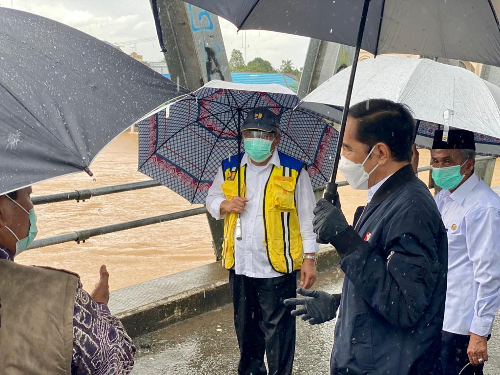 Hujan masih turun di Kab. Banjar ketika saya tiba di Jembatan Pakauman. Di bawahnya, Sungai Martapura terlihat masih meluap.    Dari sini, saya akan meninjau lokasi lainnya di Kalimantan Selatan ini, bertemu pengungsi, juga hendak melihat langsung kesiapan bantuan untuk warga.
