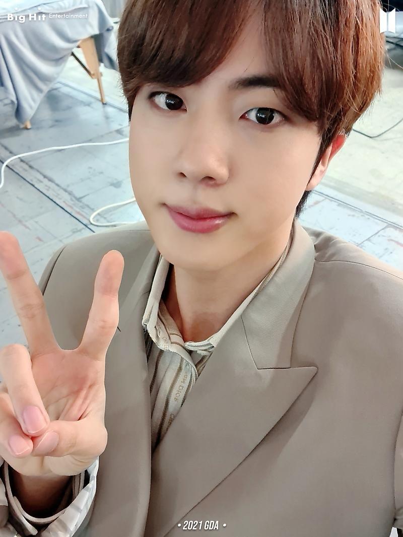 ¿Enfermedad de los lunes con selfies de BTS? Me siento bien..☆ (14/14)  •2021 GDA• (2) Jin 🐹👔, V 🐯👔 & Jungkook 🐰👔  @BTS_twt #BTS #방탄소년단