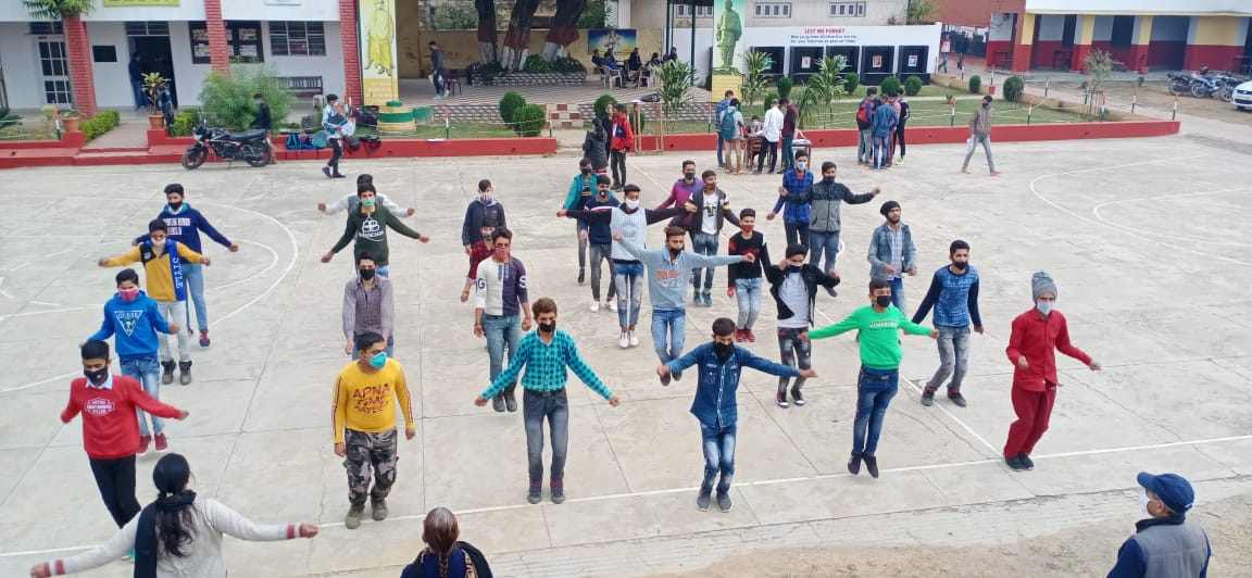 Students of Govt. Higher Sen. Sec. School, Udhampur, J&K actively enjoying physical activities during #FitIndiaSchoolWeek. 👏  Register your School now and become a part of India's biggest School event  ➡️   #NewIndiaFitIndia   @KirenRijiju @DGSAI