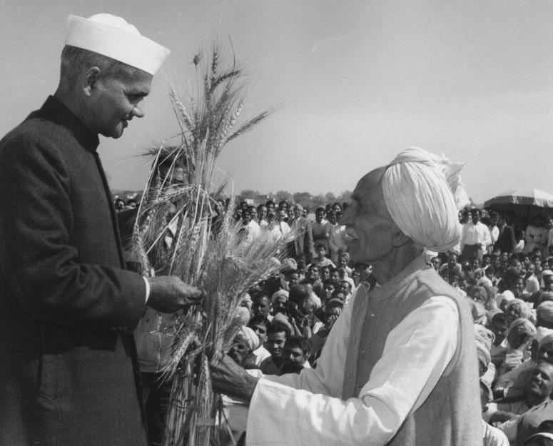 पूर्व प्रधानमंत्री श्री लाल बहादुर शास्त्री जी ने 'जय जवान जय किसान' का नारा दिया था, आज उनके शब्दों को सार्थक करने का वक्त है, कड़कड़ाती ठंड में अपने हक़ के लिए संघर्ष कर रहे किसान भाईयों का साथ देने का वक्त है।  श्री लाल बहादुर शास्त्री जी के स्मृति दिवस पर उन्हें कोटि कोटि नमन