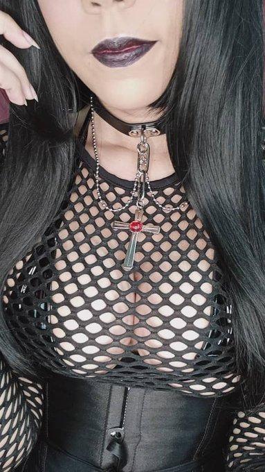 1 pic. Ya tomé fotos nuevas 💖 Se viene el set de gótica 🖤🖤 en Loverfans les subiré adelantos 🔥 https://t