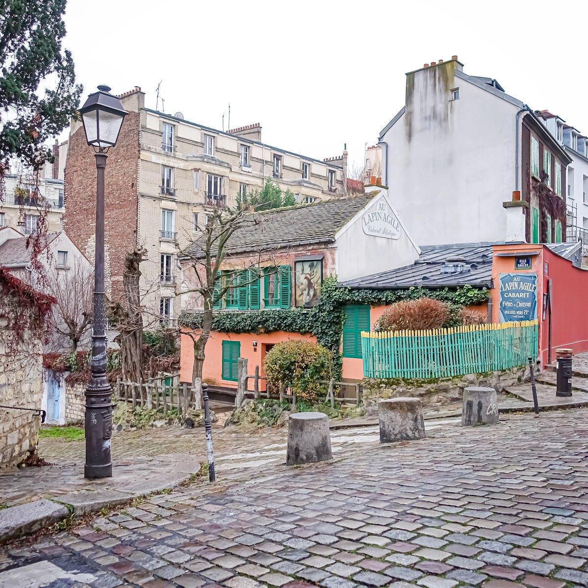 Petit matin gris à Montmartre, cabaret rose, l'iconique Lapin Agile, légende de la Butte - Paris 18  #parisladouce #paris #pariscartepostale #parisjetaime #cityguide #pariscityguide #paris18 #streetsofparis #thisisparis #parismaville #montmartre #lapinagile #ruedessaules