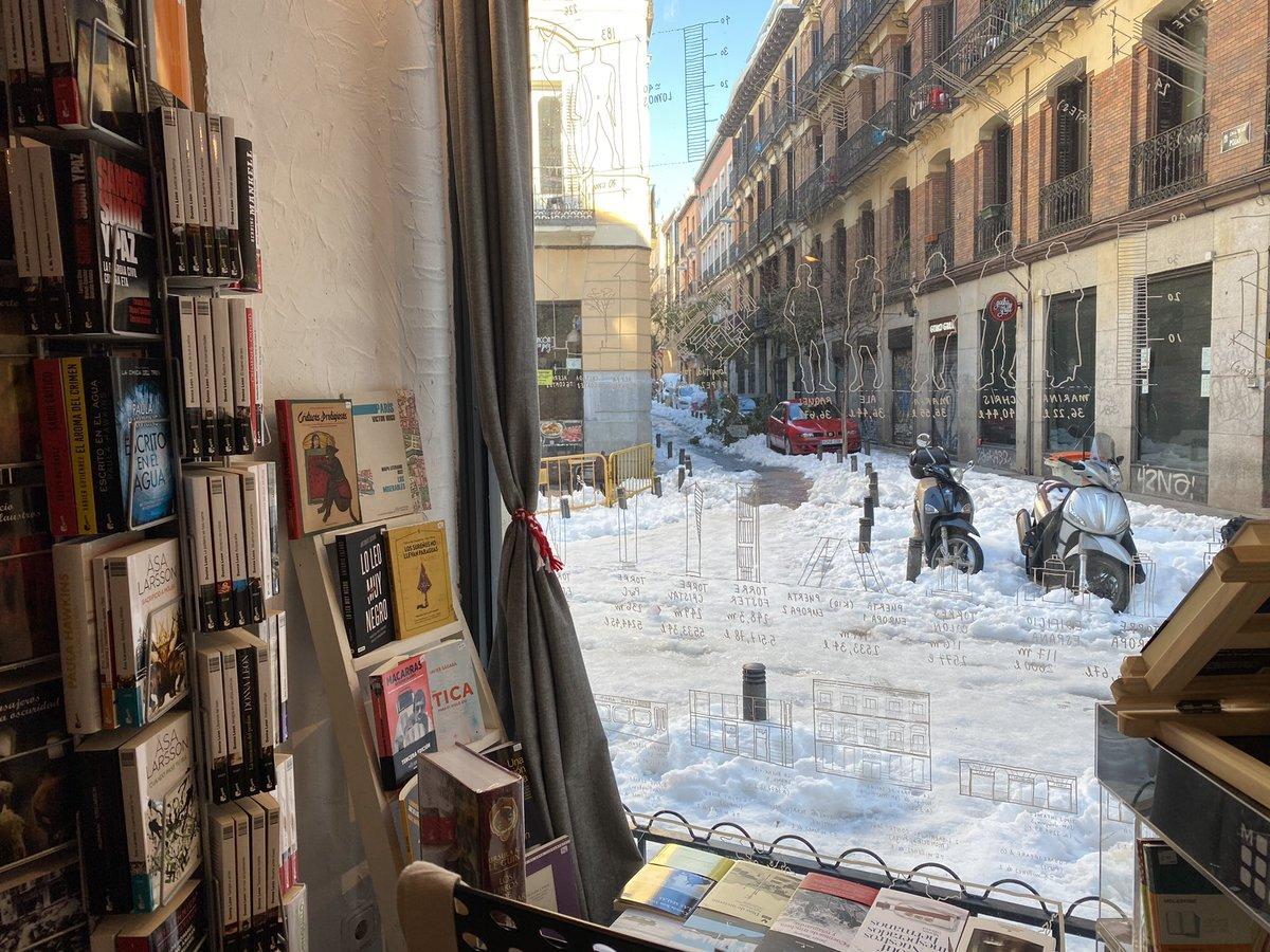 ¡Estamos dentro y a salvo! Tranquilidad máxima: si alguien necesita lectura con urgencia, lo estamos esperando. Es lunes, hemos llegado hasta aquí sorteando la nieve y estamos abiertos.