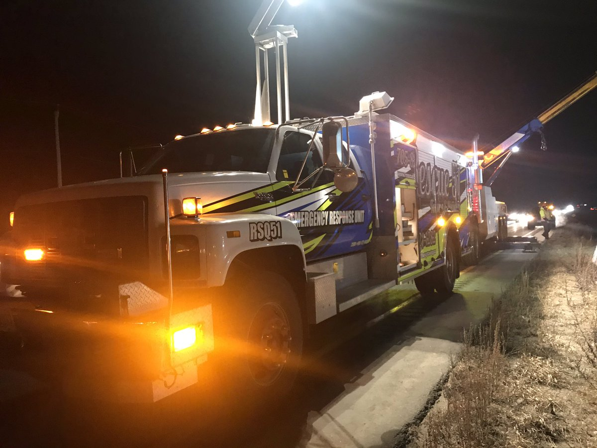 Late night helping out another tow company on the 400 with our Emergency Response Unit #weworktogether #heavyrecovery #heavytowing #emergencyresponeunit #heavyproffesionals #heavywreckers #Oneteamonecause @tatordriver