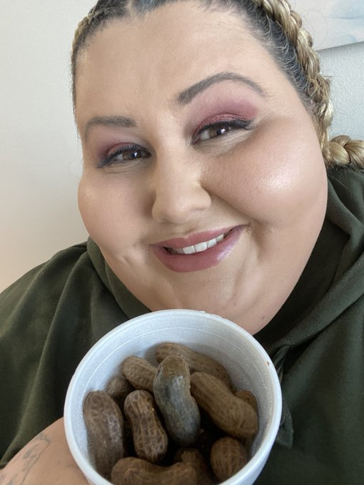 There's a place on Uber eats by me that delivers boiled peanuts!!!! 😍😍😍 https://t.co/IdGo0iRrbU