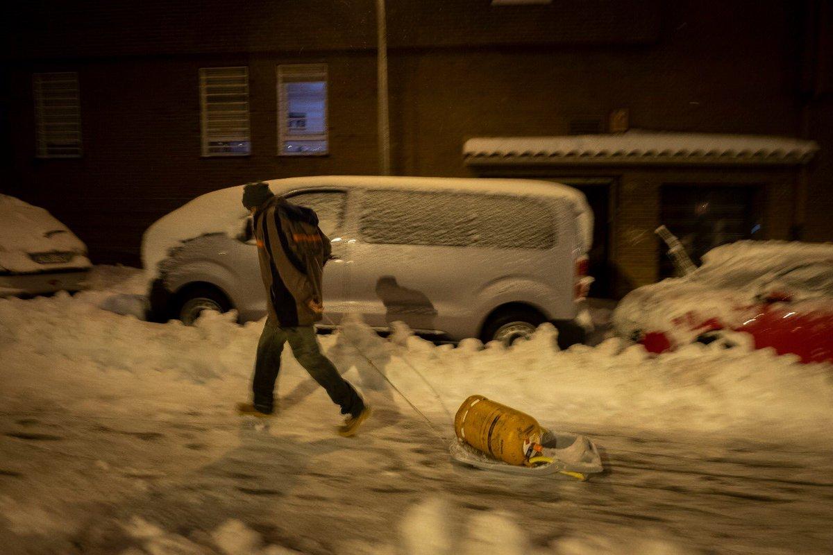 No dejo de escuchar opiniones irresponsables de cómo la nieve demuestra la inexistencia del cambio climático. #Filomena es una cara más de una crisis climática inevitable. Fenómenos meteorológicos extremos SÍ es la consecuencia de la emergencia climática. @greenpeace_esp