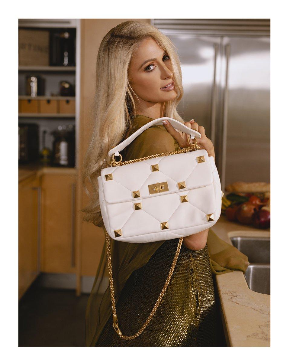 @VogueMagazine のストーリーにてヴァレンティノのフルルックを着用し、ヴァレンティノ ガラヴァーニ #ローマンスタッズ バッグを持った @ParisHilton が彼女のプライベートについてインタビューに答えています #ValentinoNewsstand #パリスヒルトン