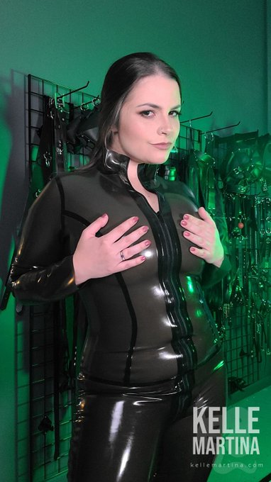 Looking sexy in my latex catsuit from @HonourClothing  #latex #gummy #latexfashion https://t.co/Bs4W