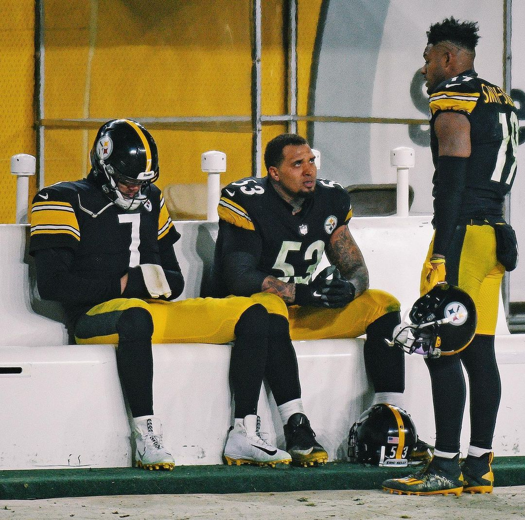 Big Ben, JuJu and Maurkice Pouncey share an emotional moment on the bench after losing to the Browns.  End of an era?