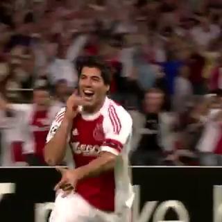 TB: Toen Suárez Ajax naar de Champions League schoot in 2010! ⚡️    Vandaag viert de Uruguayaan zijn 34e verjaardag! 🎉   #ucl #throwback #suarez #veronicainside
