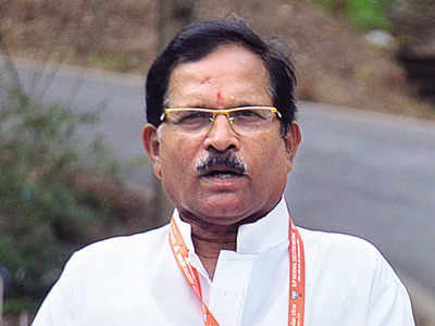 #Breaking | Union Minister Shripad Naik injured in a car accident.   Naik admitted to a hospital; his wife & aide killed in the accident.