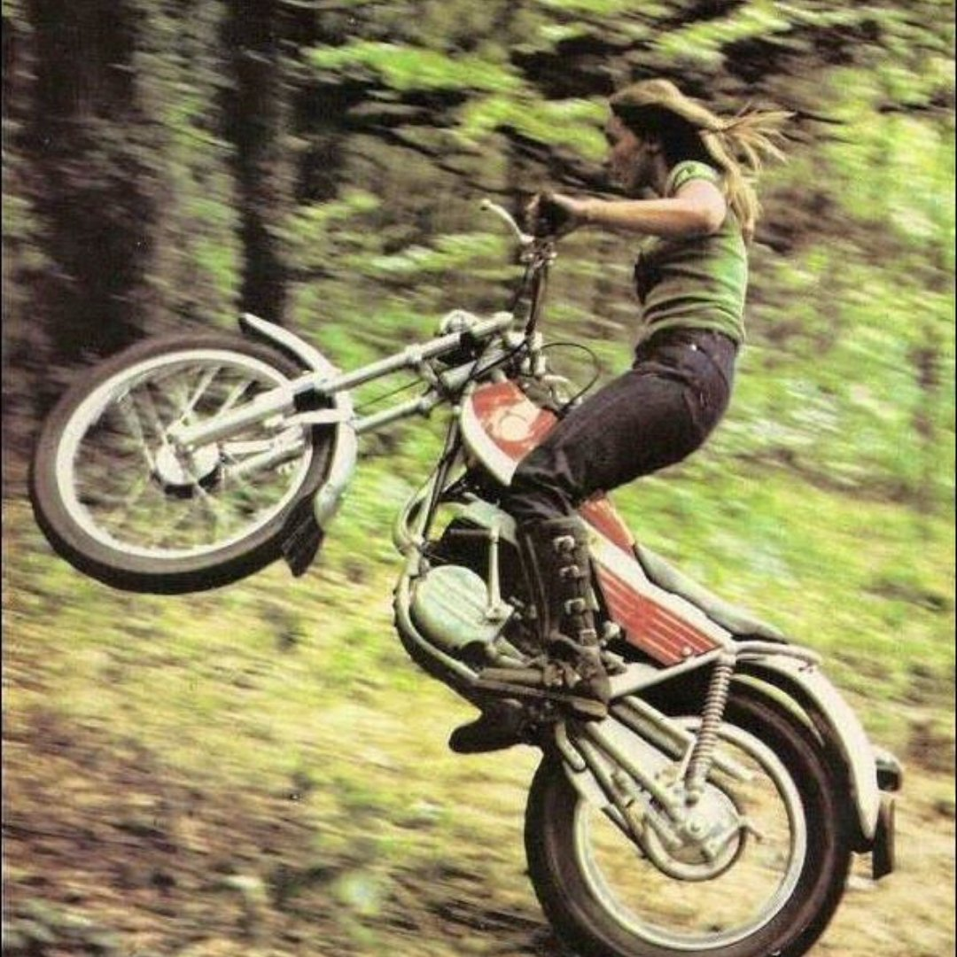 in the spirit of #dakar and #girlsonbikes, here is some retro dirtbiking💪 * * * #girlsonbikes #girlsonbikesclub #dirtbike #dirtbikes #wheelie #70saesthetic #70sstyle #70s #trailbike #trailbikes #motorbike #motorcyclesofinstagram