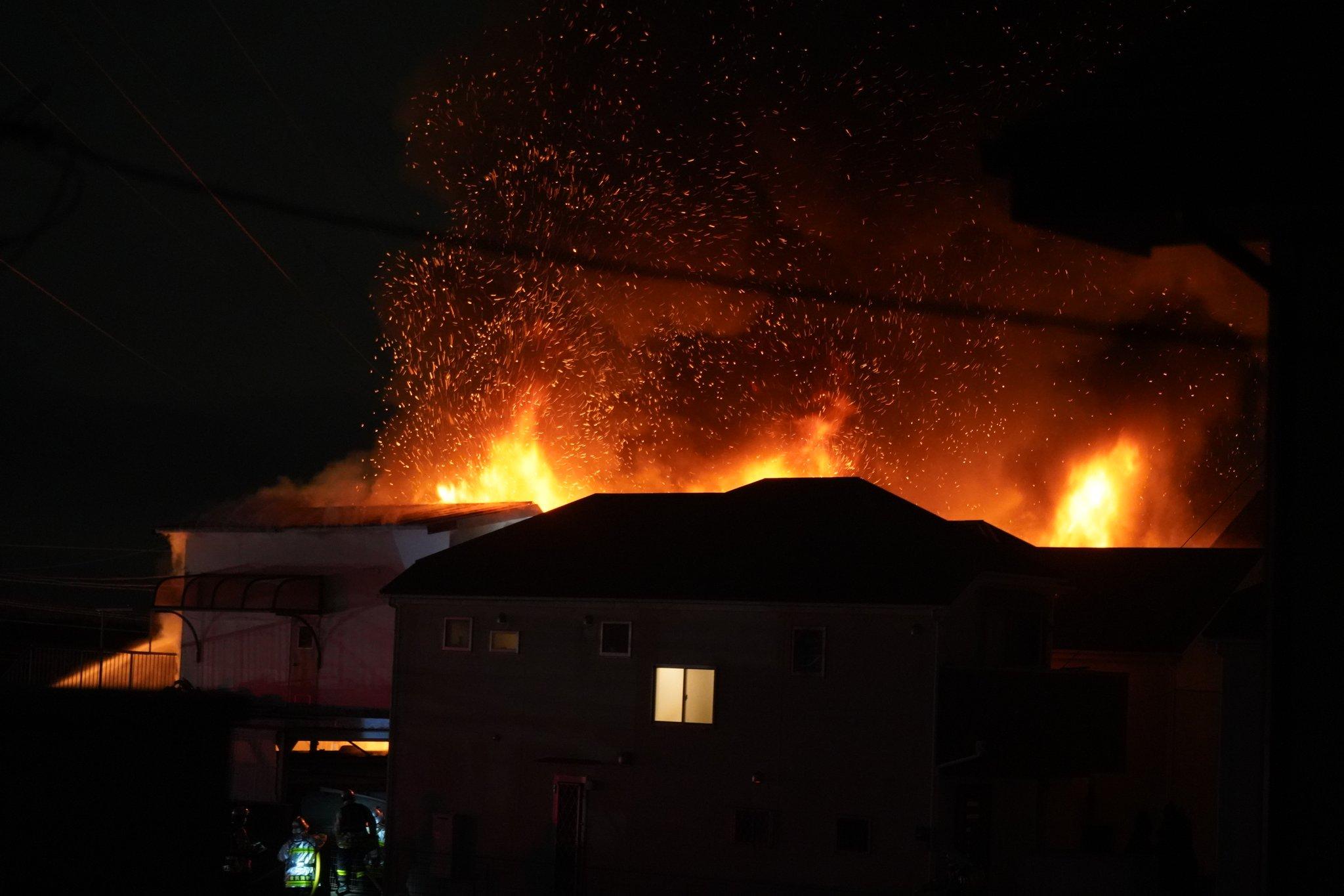 画像,これ勢い凄すぎて隣の家に飛び火してるし全焼する勢い😅 https://t.co/nFMFicTetR。
