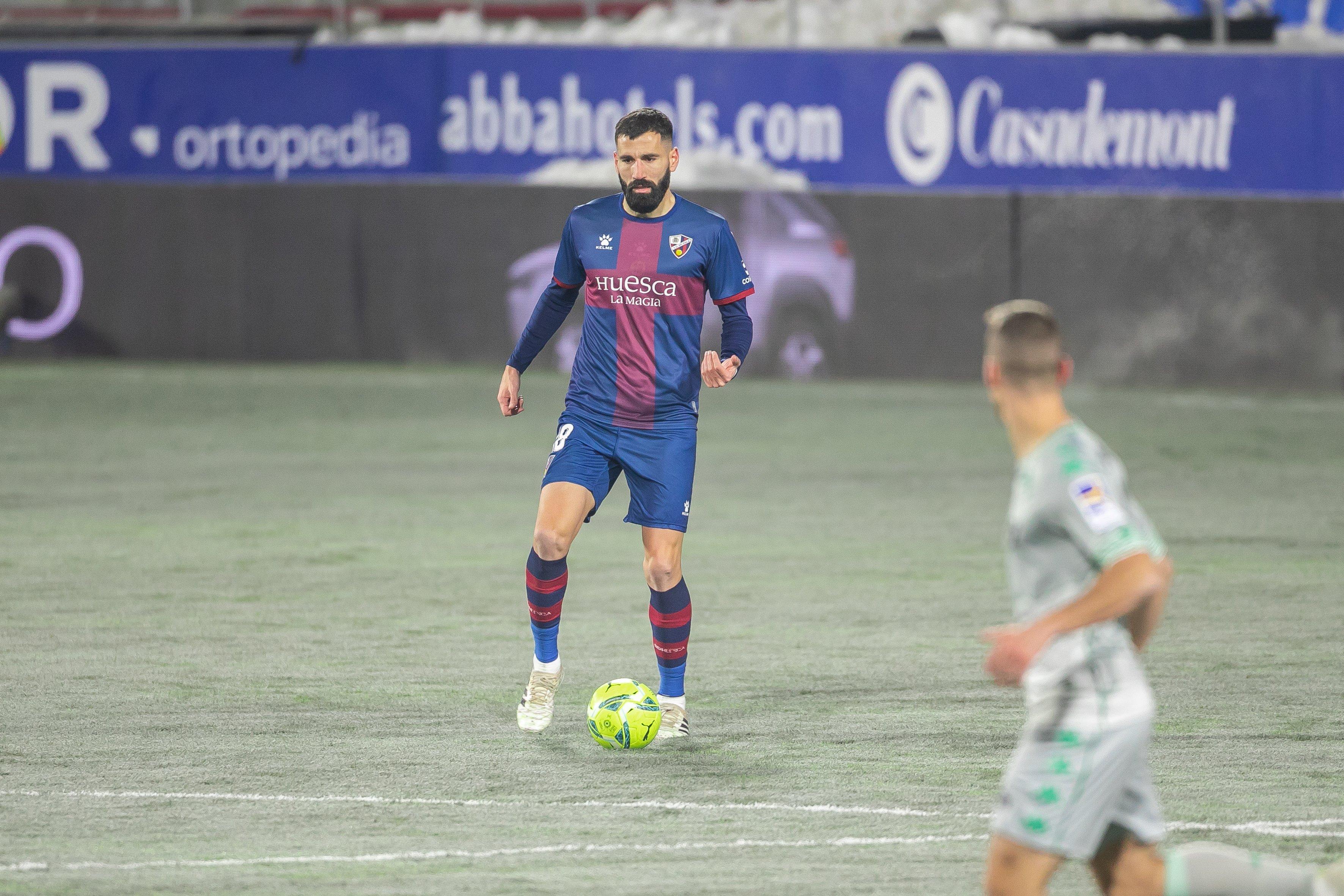 Siovas conduciendo el balón en el partido ante el Real Betis