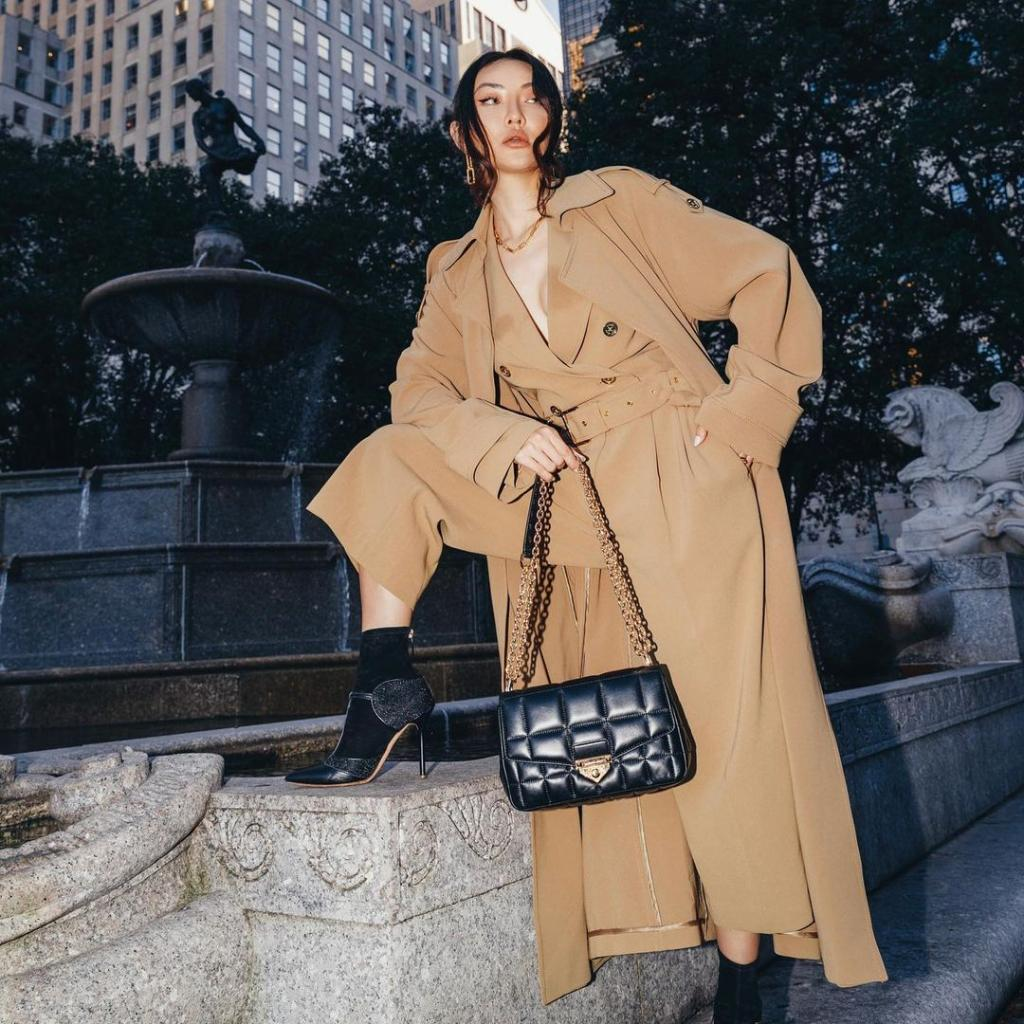 SoHo and the City: inspired by the cobblestone streets and art galleries of the iconic NYC neighborhood, the SoHo bag will take your style to the next level. @notjessfashion  #MKSoHo