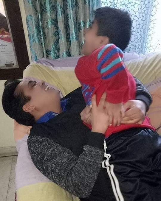@irfhabib @abhisar_sharma थकन दिन भर की अपने घर पहुँच कर भूल जाता हूँ  मेरे बच्चे #हस्ते_खेलते जब मेरे कमरे में मिलते है  @abhisar_sharma जी #lovelymoment