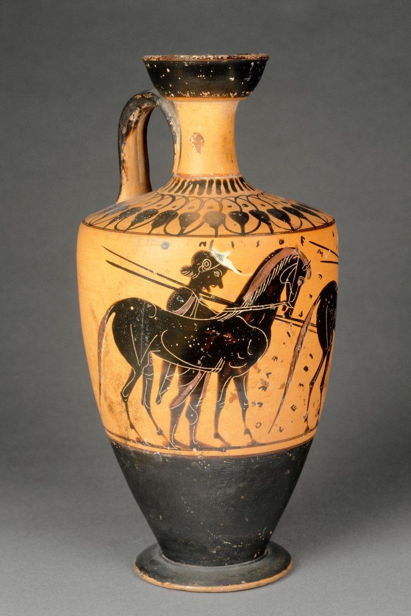 """[#UnJourUneOeuvre] Sur ce lécythe à figures noires du Ve siècle av. J.-C. sont représentés deux hommes conduisant des chevaux. Il a la particularité de porter une exclamation publicitaire : """" Achète-moi et tu feras une bonne affaire """". ☛  #ArtGrec"""