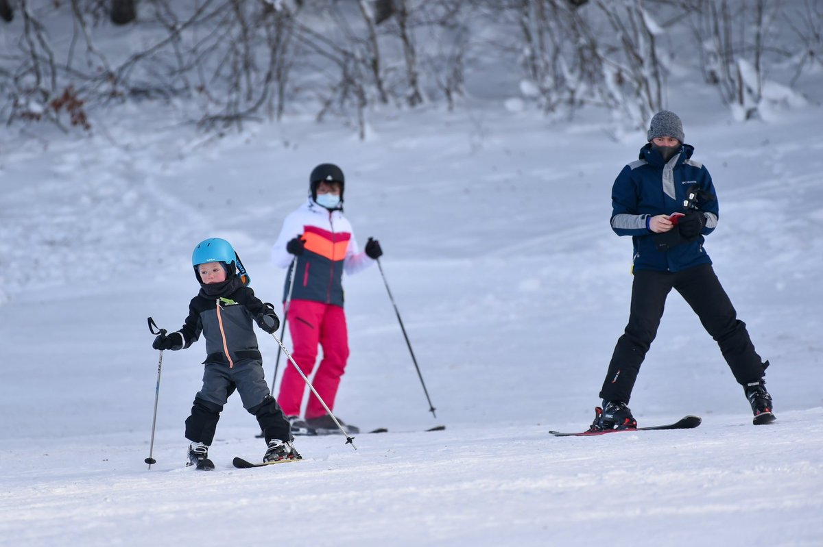 #CANTONDENEUCHÂTEL Presque toutes les pistes de #skis étaient ouvertes pendant les #vacances de Noël. Au grand bonheur des exploitants des domaines, mais au grand dam des #restaurants et buvettes qui les côtoient. ➡ https://t.co/ZKL37nV2fr #neuch #neuchâtel @Jura3Lacs @skiskich https://t.co/H1Xt3WagPC