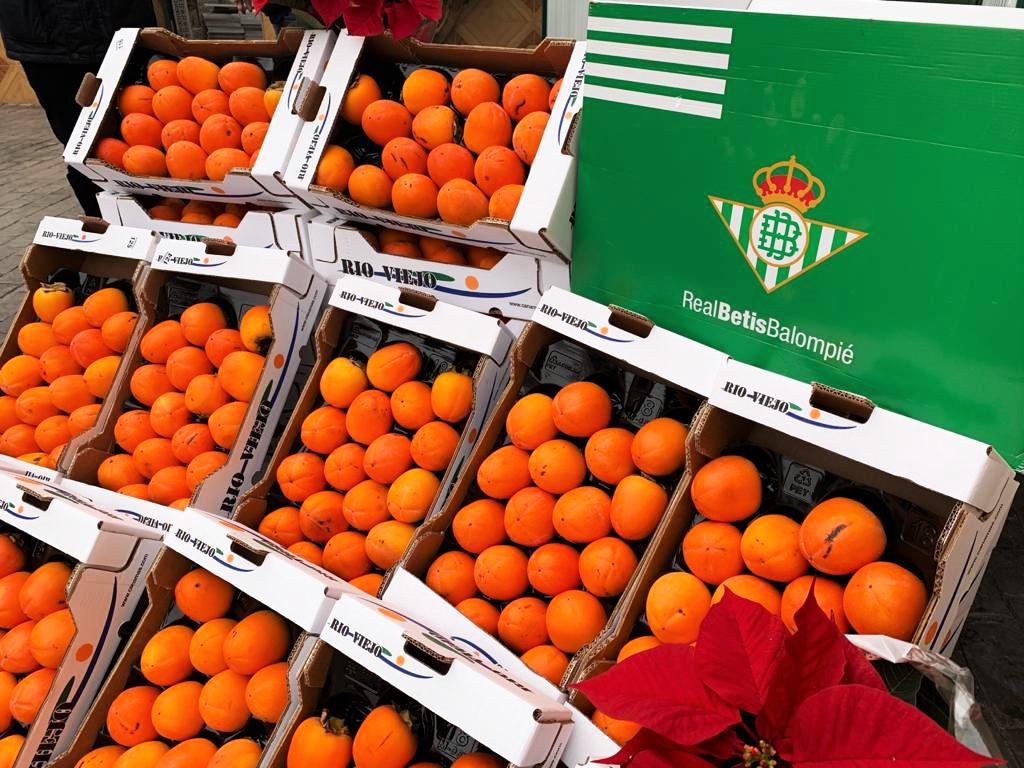 Hemos donado 1.000 kilos de fruta que se repartirán a familias con dificultades económicas del barrio sevillano de Los Pajaritos 🍊🍑  ¡Juntos luchando contra la exclusión social! 😊💚