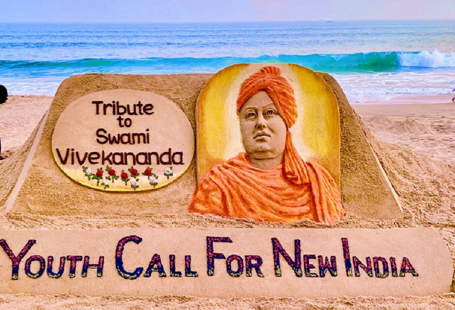 Sand artist @sudarsansand pays tribute on #SwamiVivekanandaJayanti, our #NationalYouthDay2021, on the sands of Puri. I remember being in the large procession that went out of #RamaKrishnaMission Bhubaneshwar to mark the very first Youth Day in 1987. It was a euphoric moment!