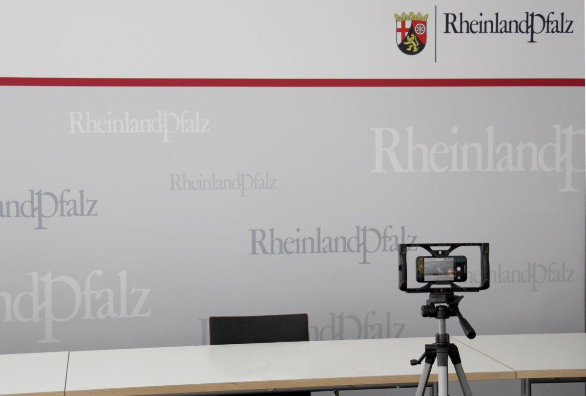 #Heute um 13.30 Uhr: #Pressekonferenz mit MIN  @Sabine_Baetzing & #Landesimpfkoordinator STS  @WilhelmMYK zum aktuellen Stand der #Corona-#Schutzimpfungen in #RLP & den nächsten Schritten. Livestream: https://t.co/4OoREjjt6q https://t.co/TK9hIO8N4w