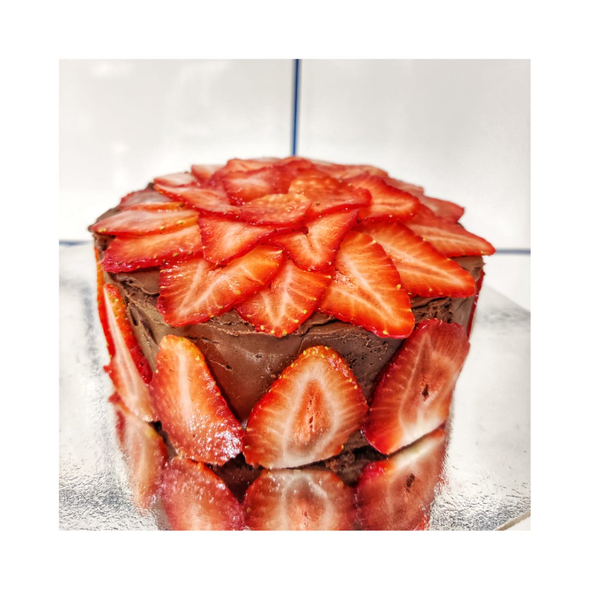Strawberry and Belgian chocolate paired together make this the perfect cake for any occassion this season! Taking pre-orders 1kg: Rs. 1600/- 500g: Rs. 800/- @dojo_bakery ! Pls Dm/call 7977106226  @TwitterFood #Strawberries #belgianchocolate #lovethepairing #yummy #partytime