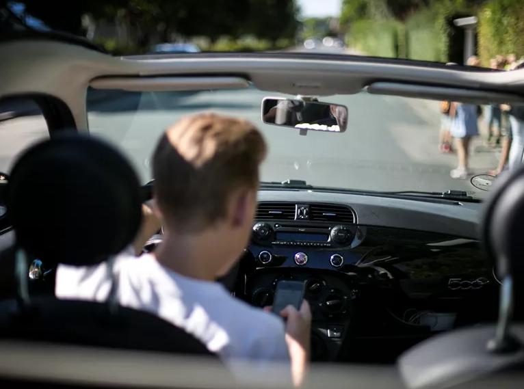 Som medpassager kan du altid hjælpe chaufføren med at holde fokus på vejen – Hjælp fx bilisten med at få bedre musiksmag, indstille GPS, skrue låg af vandflasken eller tage telefonen.  Så kan bilisten køre bil, mens de køre bil. #sikkertrafik #politidk https://t.co/p16lBhXypU