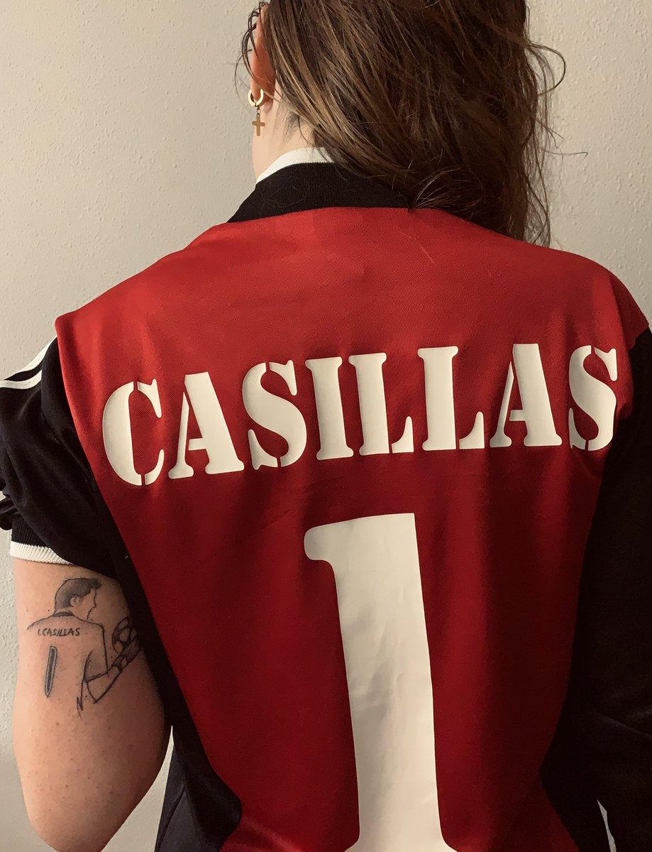 Os compartimos la imagen de @canderm20 con su última adquisición. Atentos al super tatuaje a juego!  Camiseta histórica de un portero histórico. Hay que reconocer que le queda mejor a Candela que a ti @IkerCasillas 😝  #IkerCasillas #RealMadrid #HalaMadrid #Leyenda