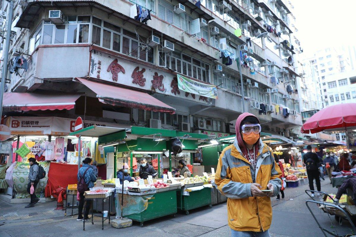 【#實地探查香港暴疫大廈,#發現居住環境惡劣】  香港衛生防護中心通報,#九龍油麻地新填地街26號早前進行強制檢測後,再發現較多個案確診。 唐樓大閘貼有告示解釋強制檢測的安排。大廈內大部分單位已改成劏房,#有許多少數族裔出入,在新填地街22號樓道內有大量狗糞,居住環境十分惡劣。 https://t.co/ti0TToMTtI