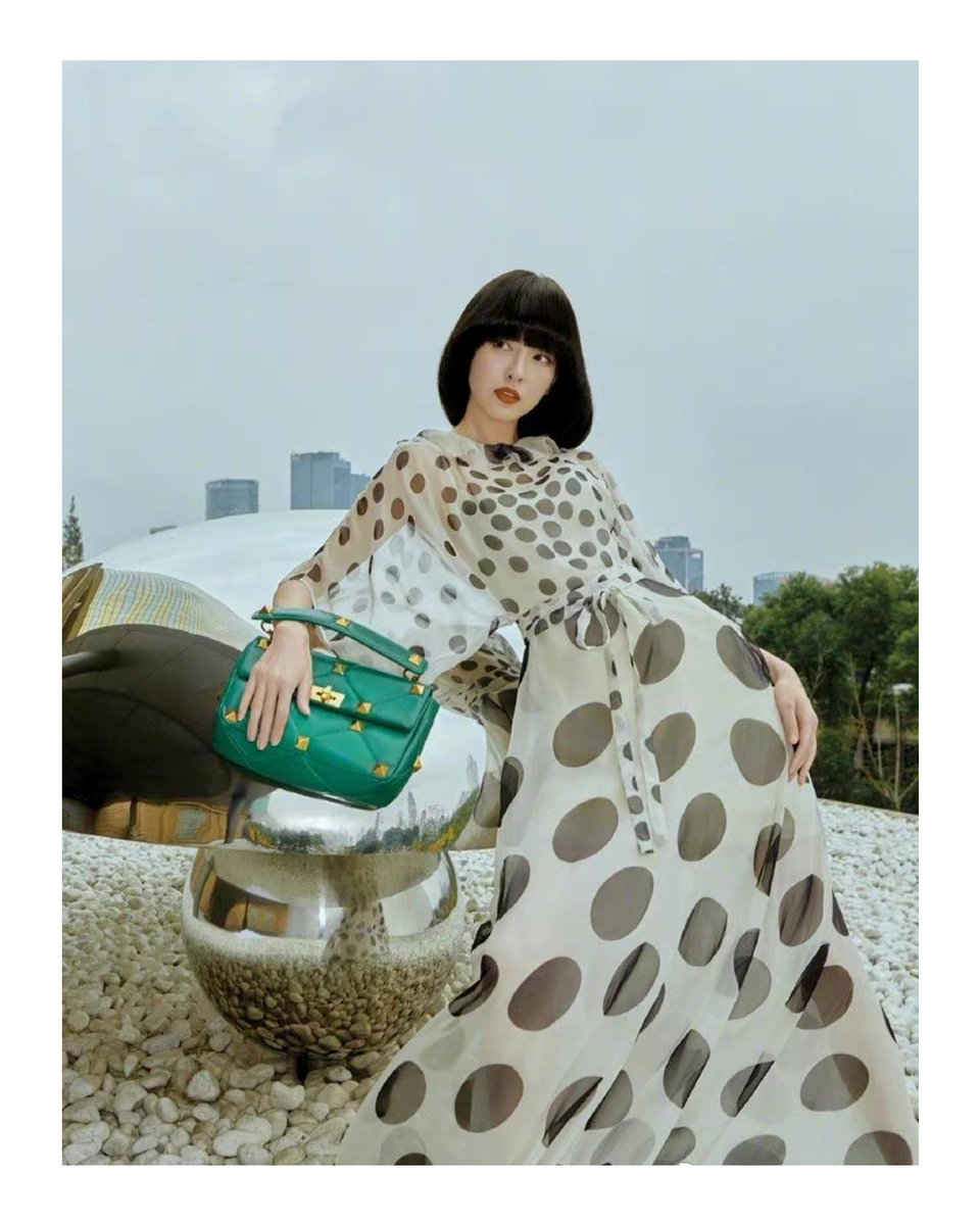 ブランドアンバサダー #ティファニータン がヴァレンティノのポルカドットドレスに鮮やかなグリーンのヴァレンティノ ガラヴァーニ #ローマンスタッズ バッグを合わせSo Figaroのページを飾りました #ValentinoNewsstand