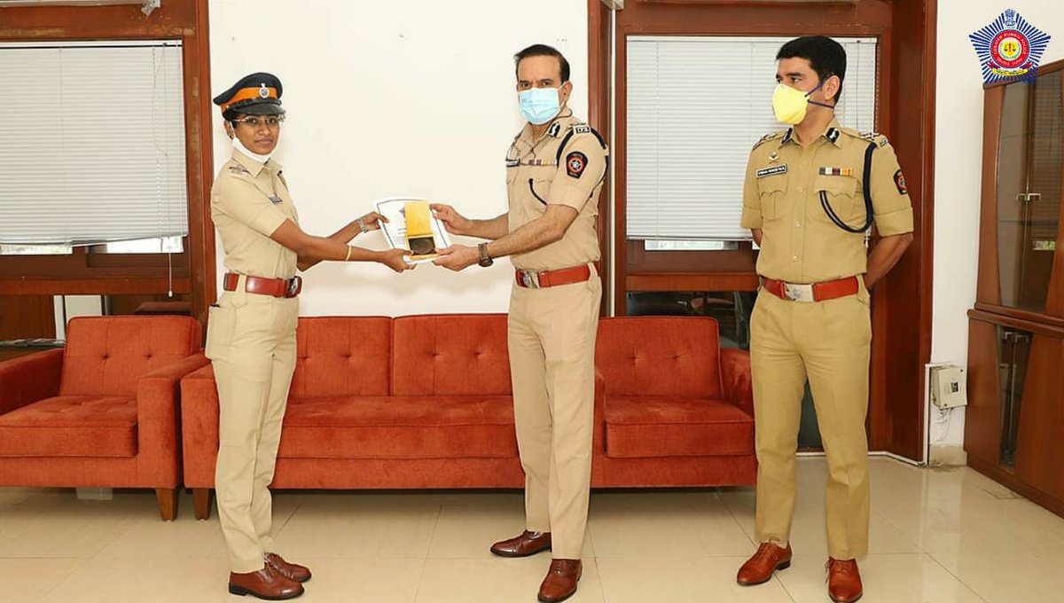 All Praises!  The team from Malwani Police Station responsible for the successful tracing and rescue of a kidnapped 1y/o girl was felicitated by @CPMumbaiPolice and Jt Comm. (Law & Order) Vishwas Nangre Patil.  #RewardingExcellence #MumbaiCaseFiles