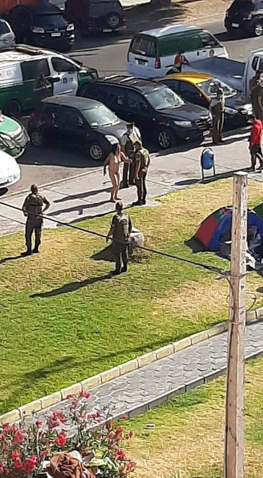 #Iquique En pleno empadronamiento por parte de Carabineros a ciudadanos Venezolanos en plaza Brasil, se desnudo en forma de protesta