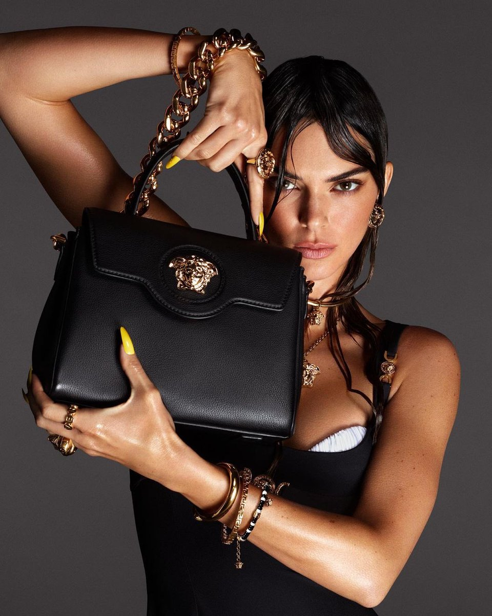 Kendall Jenner para coleção de bolsas #VersaceLaMedusa da grife Versace.