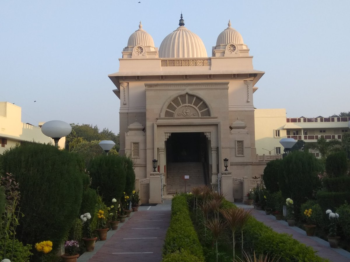 On the occasion of #SwamiVivekanandaJayanti,blessed to visit the #RamakrishnaMission #Ashram in #Delhi(near GoleMarket)this evening. Th serene atmosphere of the ashram beckons the weary soul.The v.kind SwamiShantatmanandaजी gave me tour of Museum built with @MinOfCultureGoI grant