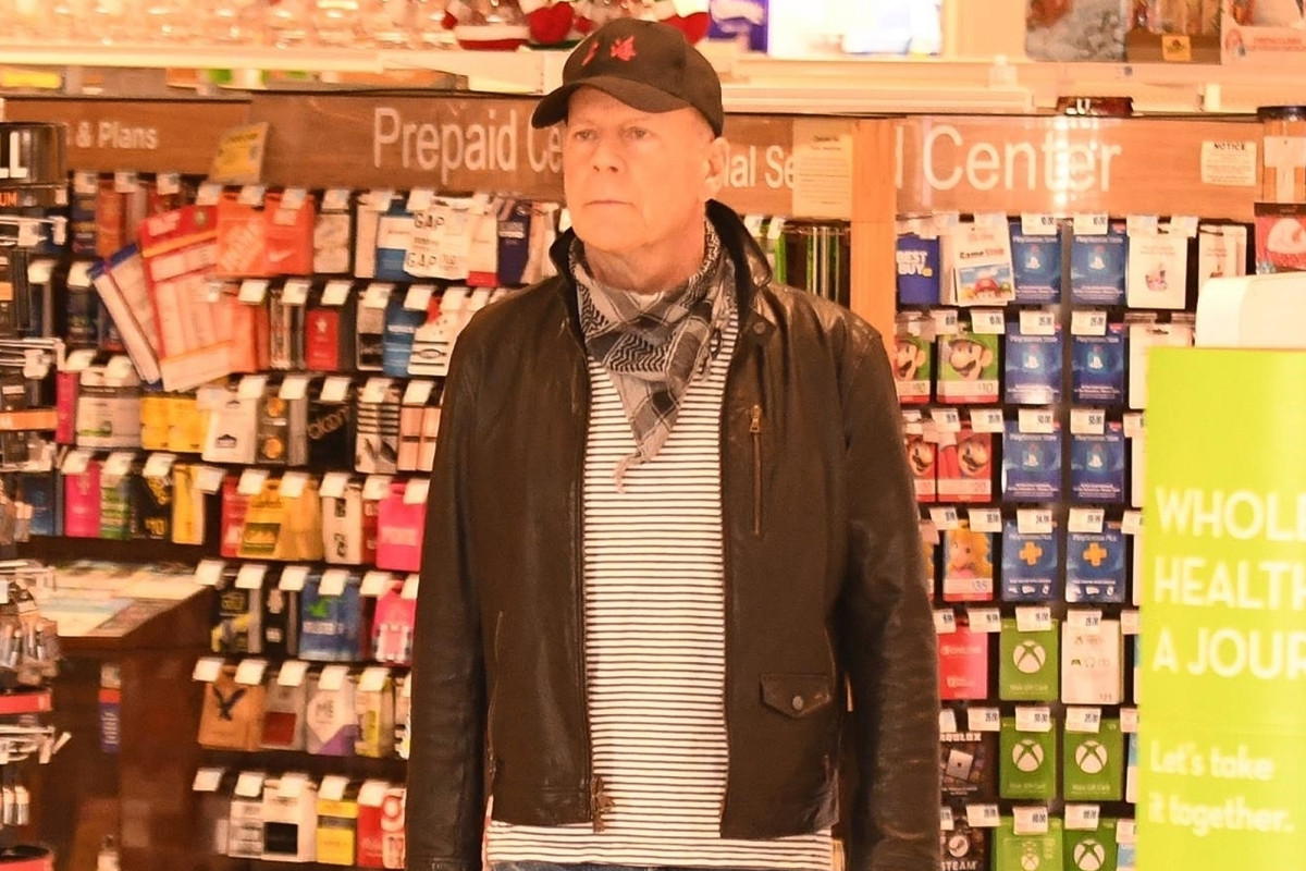 Replying to @nypost: Bruce Willis asked to leave pharmacy for refusing to wear a mask