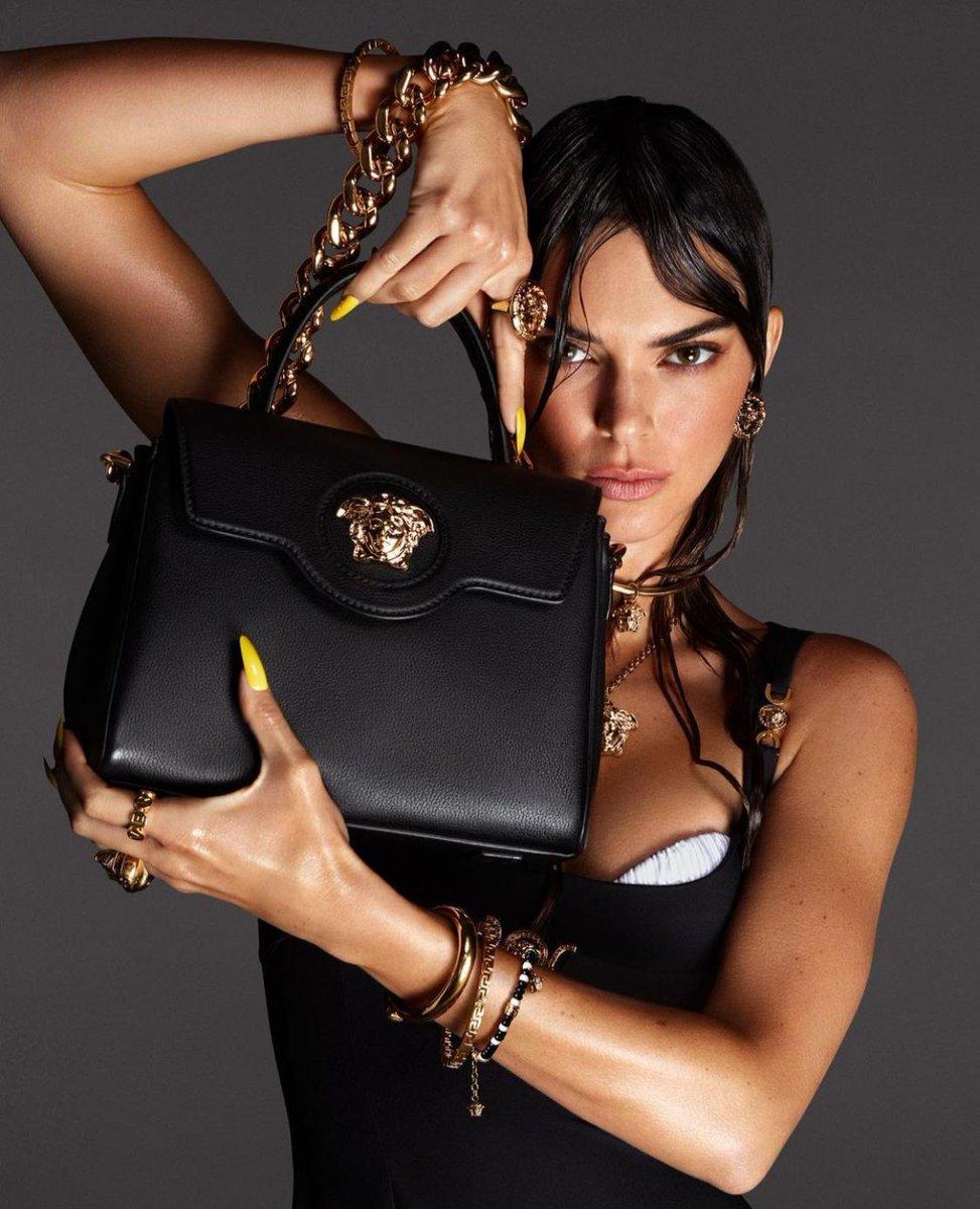 """Kampanyasında Kendall Jenner, Hailey Bieber, Mona Tougaard ve Precious Lee'nin yer aldığı @versace'nin """"Versace La Medusa"""" koleksiyonu tanıtıldı. Mert Alaş ve Marcus Piggot'un çektiği reklam kampanyası yankı uyandırcak gibi görünüyor. #Versace #VersaceLaMedusa #VersaceSS21"""