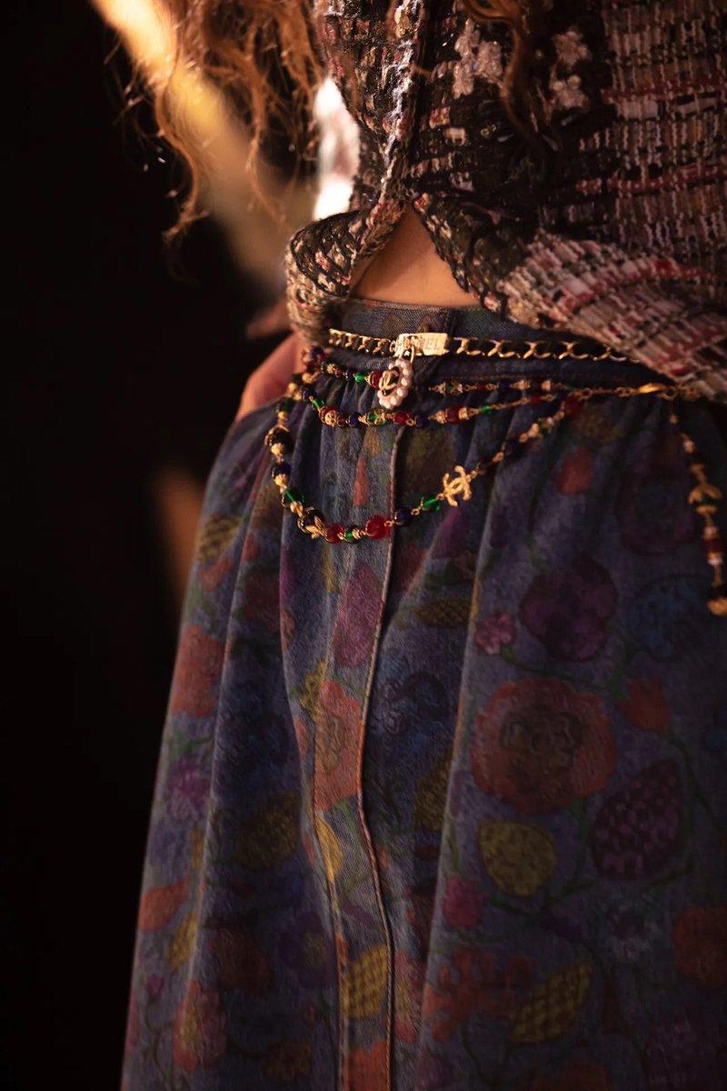 Détails de la collection #CHANEL Le Château des Dames #CHANELMetiersdArt 2020/21, imaginée par #VirginieViard et présentée au Château de #Chenonceau.  🔗  L'héritage de Coco Chanel #espritdegabrielle