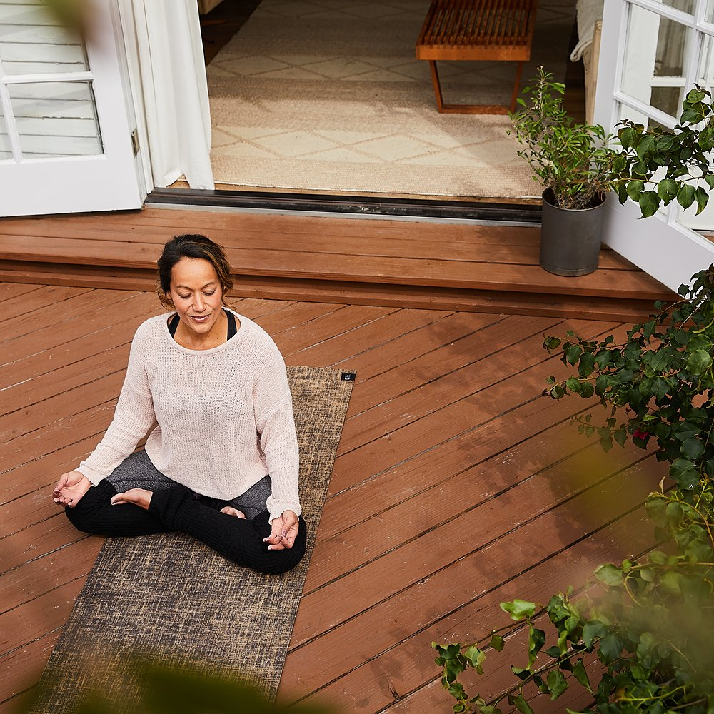 """""""Si pudiera lograr que mis pacientes hicieran una o dos cosas para mejorar su salud mental, sería aprender técnicas de atención plena y ejercicio"""", dice el Dr. Don Mordecai sobre cómo cuidar de sí mismo. Vía @usnews https://t.co/jD0URvTKX6 (enlace en inglés) https://t.co/ePrq4G7oco"""