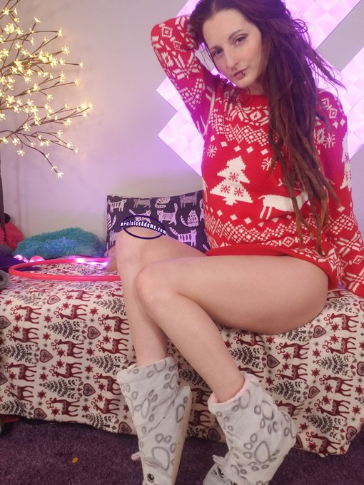 1 pic. Getting on cam! Come see what's hiding under my sweater https://t.co/pAtxqxofgo https://t.co/
