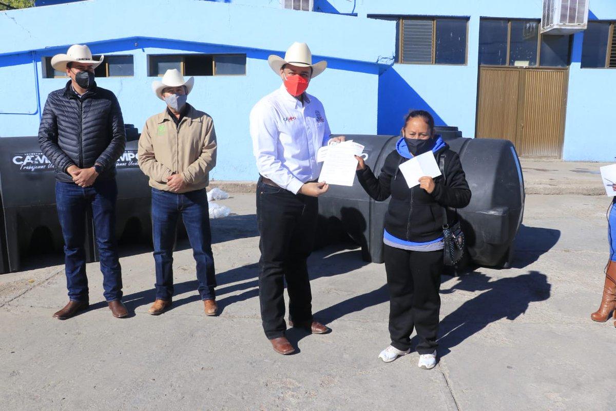 En la AGL de Fresnillo el Subsecretario de Desarrollo Rural Efraín Chávez López, entregó 55 tanques nodriza de 2,850 lts. del programa Concurrencia con Municipios. #TrabajemosUnidos #SeguimosCumpliendo