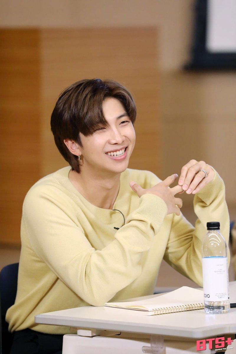 อั่ยย่ะ ท่าท่างกับรอยยิ้มนี้ เค้าก๊อปวางป่าวเนี่ยะ 😍😍 รักทั้งคนพี่และคนน้องเลย 💜 ความเหมือนที่แตกต่าง แต่โคตรน่ารักที่สุดในโลก  🐨🐰  #Namjoon #Joonie #JK #jungkook #쭌