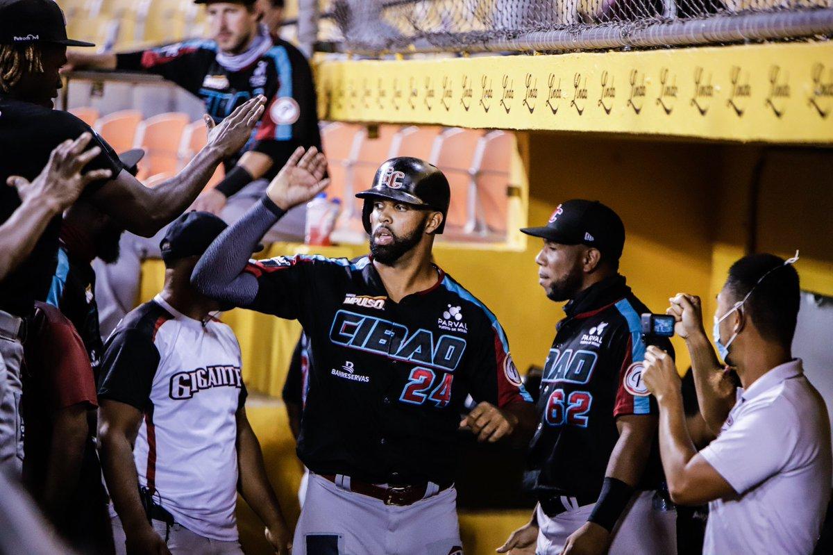 Carlos Peguero es saludados por sus compañeros.